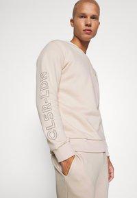 CLOSURE London - LOGO CREW SWEAT - Sweatshirt - stone - 3