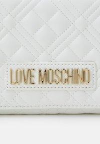 Love Moschino - Across body bag - bianco - 5