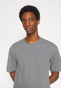 Selected Homme - SLHLOOSEGILMAN O NECK TEE - Basic T-shirt - medium grey melange - 3