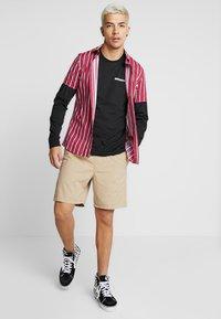Vans - MN RANGE SHORT 18 - Shorts - khaki - 1