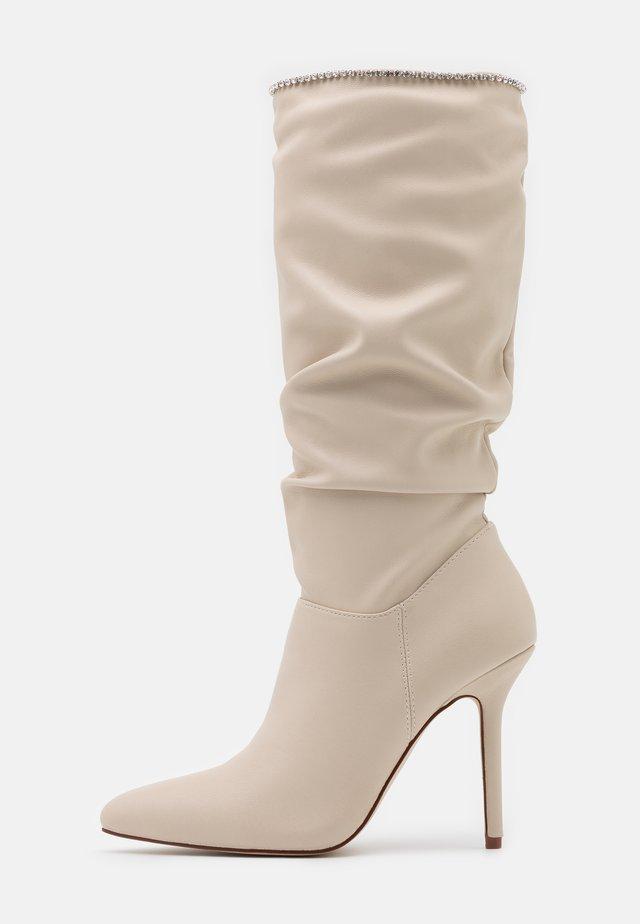SHORE - Kozačky na vysokém podpatku - white