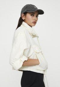 PULL&BEAR - GESTREIFTE SELVEDGE  - Summer jacket - mottled beige - 3