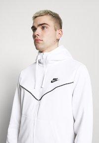 Nike Sportswear - REPEAT HOODIE - Huvtröja med dragkedja - white/black - 3