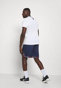 Nike Performance - DRY DNA SHORT - Sportovní kraťasy - college navy/team orange/white - 2