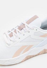 Reebok - NANOFLEX TR - Sportschoenen - footwear white/soft ecru/rose gold - 5
