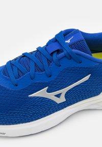 Mizuno - WAVE REVOLT - Neutral running shoes - surf the web/silver/white - 5
