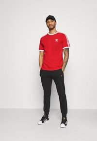 adidas Originals - STRIPES TEE - Camiseta estampada - scarlet - 1