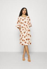 Mos Mosh - RIKAS COSTA DRESS - Sukienka letnia - ecru - 0