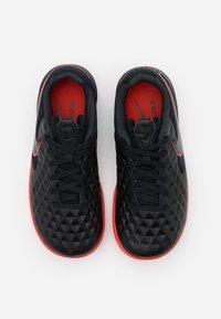Nike Performance - TIEMPO JR LEGEND 8 ACADEMY IC UNISEX - Indoor football boots - black/dark smoke grey/chile red - 3