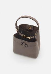 Tory Burch - MCGRAW SMALL BUCKET BAG - Handbag - silver maple - 2