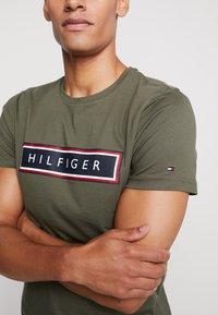 Tommy Hilfiger - CORP FRAME TEE - Print T-shirt - green - 5