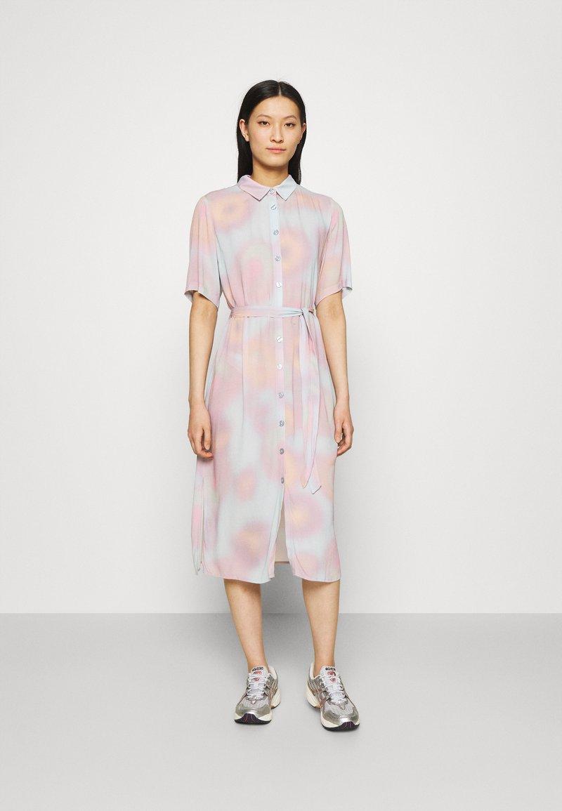 Modström - JORDAN PRINT DRESS - Skjortklänning - dreamy