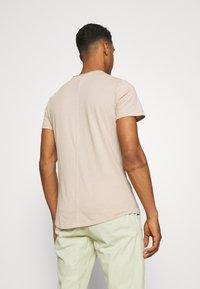 Tommy Jeans - SLIM JASPE C NECK - Basic T-shirt - smooth stone heather - 2