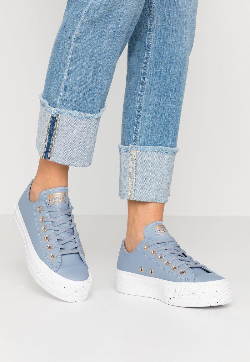 Converse - CHUCK TAYLOR ALL STAR LIFT SPECKLED - Matalavartiset tennarit - blue slate/rose maroon/white