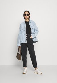 Tommy Jeans - MOM JEAN HR TPRD BF TJSBKR - Relaxed fit jeans - tj save fa black rig - 1
