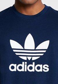adidas Originals - TREFOIL UNISEX - Camiseta estampada - collegiate navy - 5