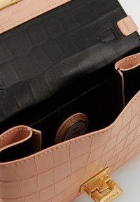 Coccinelle - MIGNON CROCO SHINY SOFT - Across body bag - rose - 2