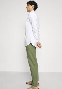 Anerkjendt - AKJOHN PANT - Trousers - olivine - 3