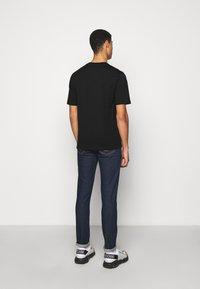 MOSCHINO - T-shirts med print - fantasy black - 2