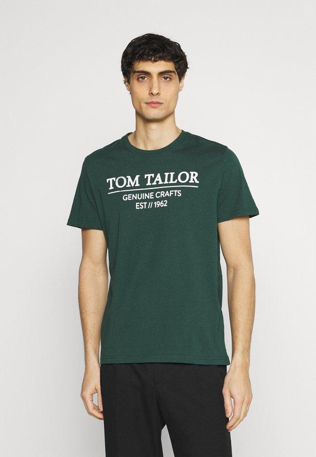 T-shirt con stampa - dark pine fiorest