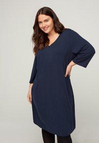 Zizzi - MIT V-AUSSCHNITT UND 3/4-ÄRMELN - Jersey dress - dark blue - 1