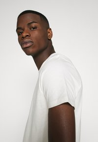 Burton Menswear London - SHORT SLEEVE CREW 3 PACK - Basic T-shirt - off white/navy/dusty - 6