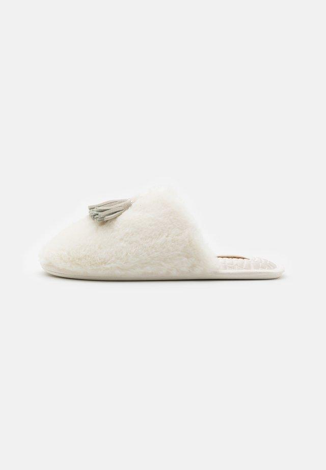 BRETA - Domácí obuv - cream