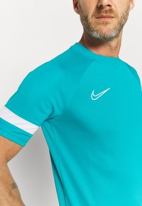 Nike Performance - ACADEMY 21 - T-shirt med print - aquamarine/white - 5