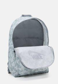 Nike Sportswear - HERITAGE UNISEX - Rucksack - summit white/light smoke grey/black - 2