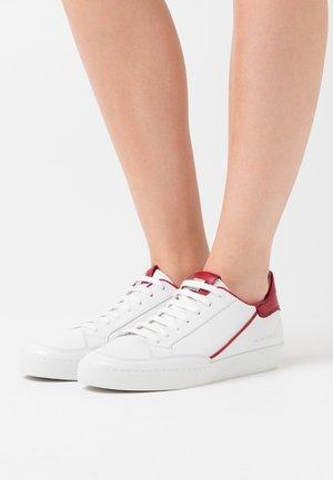 Trainers - weiß/cherry