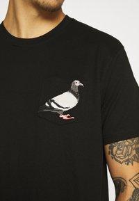 STAPLE PIGEON - POCKET TEE UNISEX - Print T-shirt - black - 5