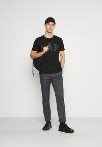 GAP - BASIC LOGO - Print T-shirt - true black - 1