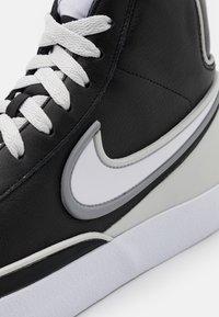 Nike Sportswear - BLAZER MID '77 INFINITE UNISEX - Korkeavartiset tennarit - black/white/grey fog/particle grey - 7