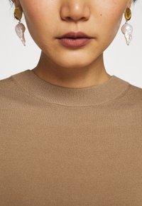 WEEKEND MaxMara - ONDA - Pletené šaty - kamel - 5