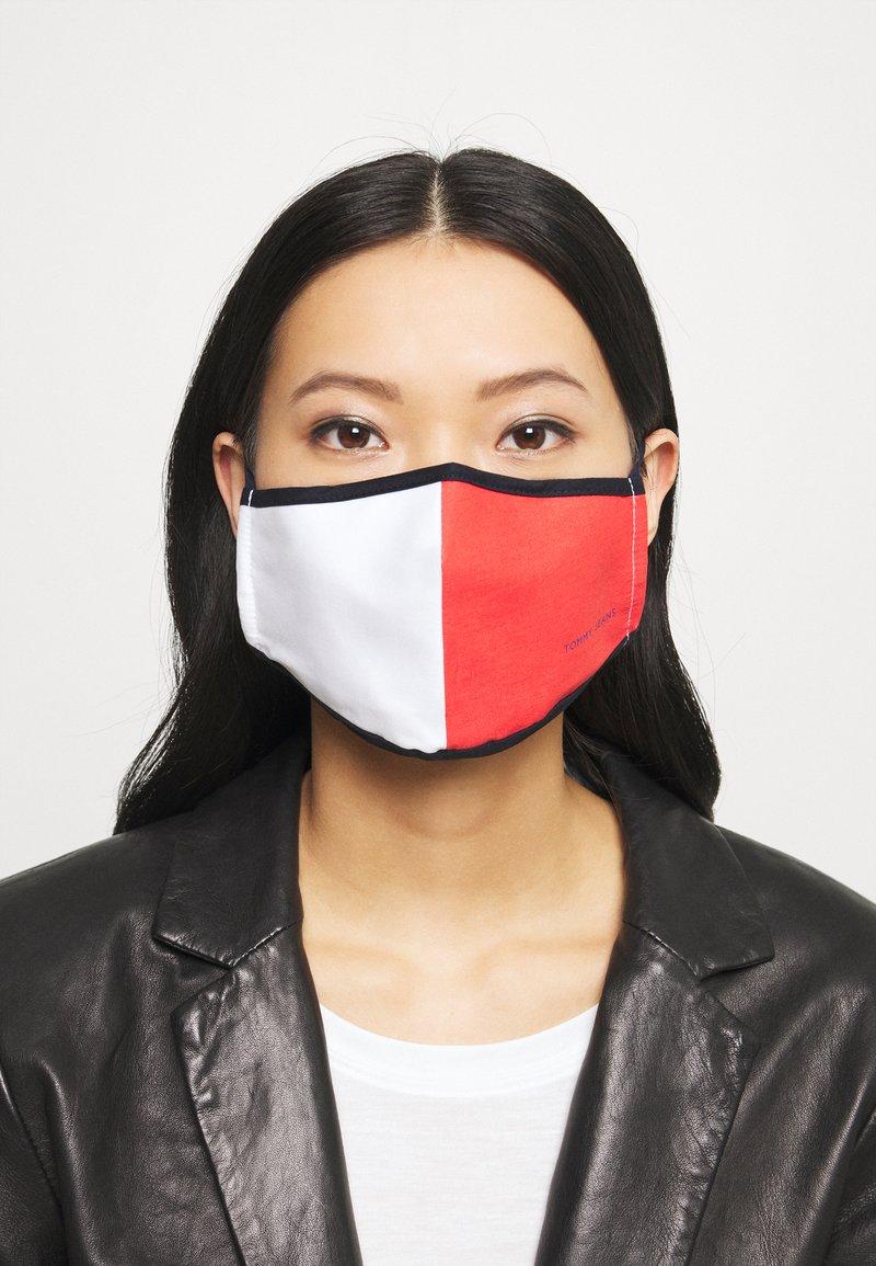 Tommy Jeans - UNISEX  FLAG FACE COVER - Látková maska - red/white/blue