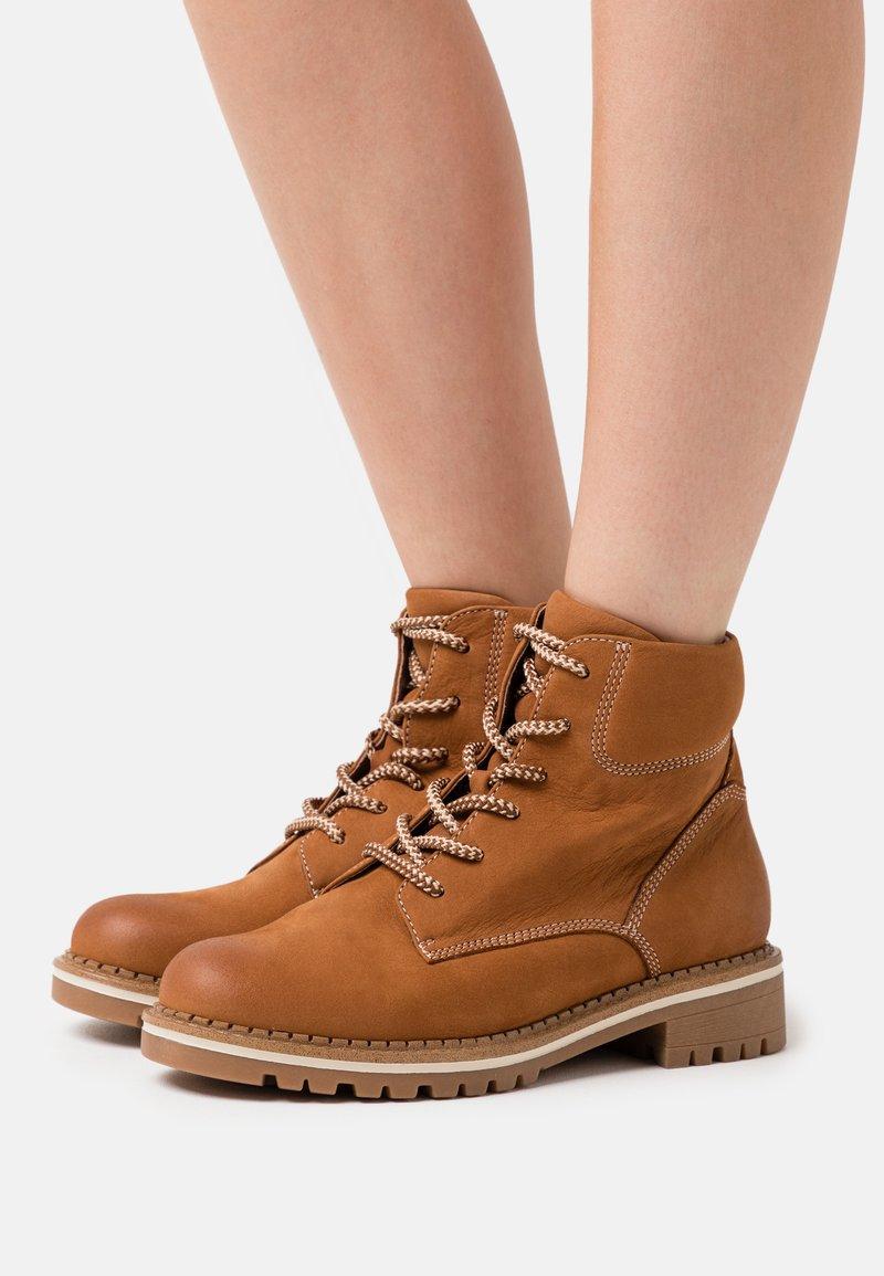 Tamaris - BOOTS - Šněrovací kotníkové boty - walnut