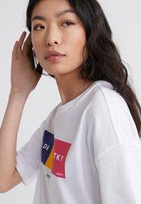 Superdry - CITY UNITY BOX FIT  - Print T-shirt - optic - 3