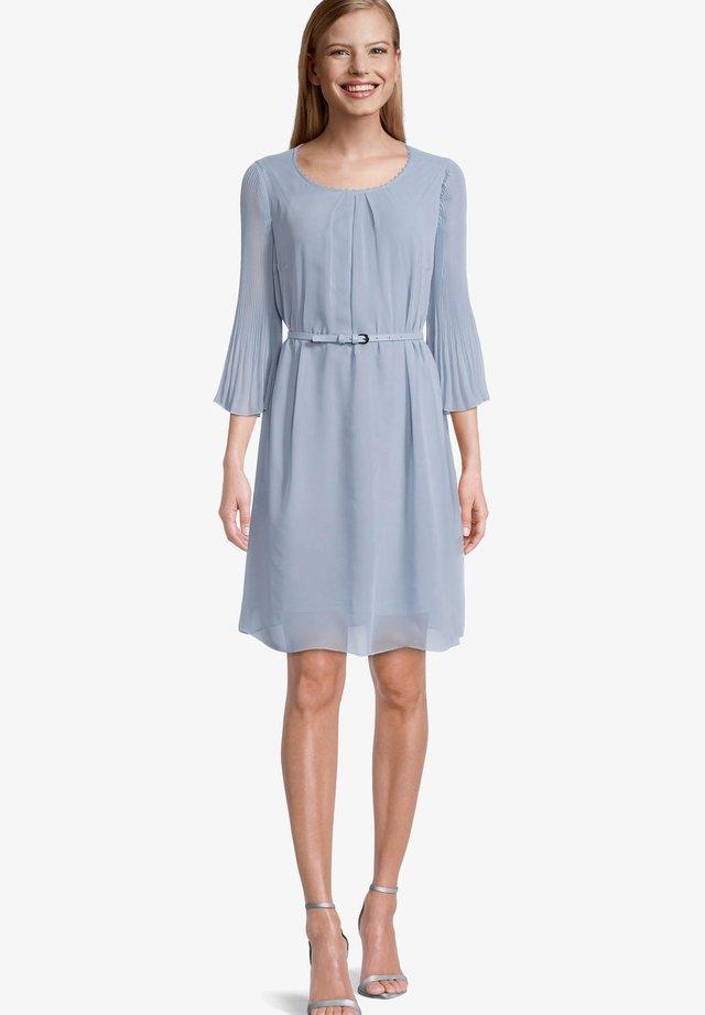 MIT PLISSEE - Korte jurk - cozy blue