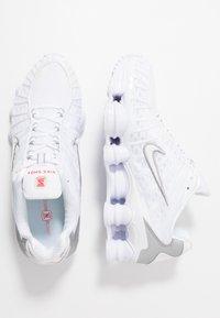 Nike Sportswear - Shox TL - Sneakersy niskie - white/metallic silver/max orange - 2