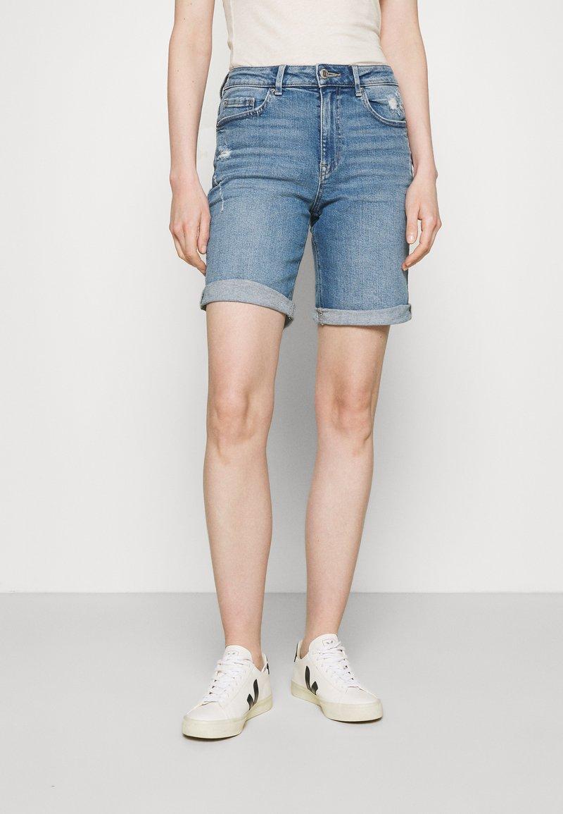 Marks & Spencer London - BOYFRIEND - Denim shorts - light blue denim