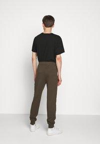C.P. Company - Teplákové kalhoty - ivy green - 2