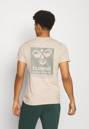HMLTORONTO  - T-shirt med print - humus