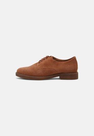 Zapatos de vestir - brandy