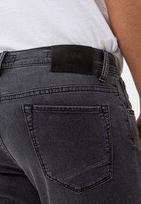 BRAX - STYLE CHUCK - Jean slim - stone grey used - 4