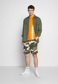 Nike Sportswear - CLUB  - Shorts - medium olive - 1