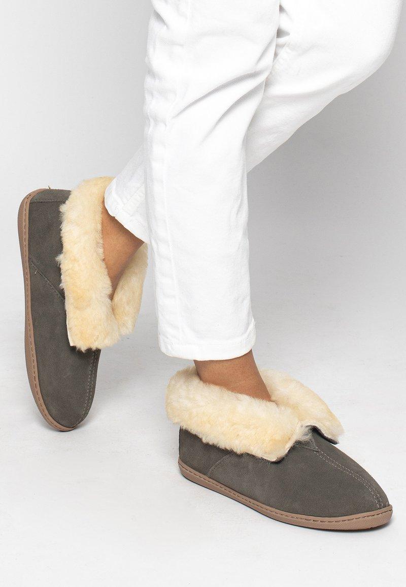 Minnetonka - SHEEPSKIN ANKLE BOOT - Pantoffels - grey