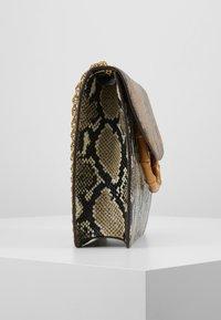 Loeffler Randall - MARLA SQUARE BAG WITH CHAIN - Torebka - amber/sand - 3