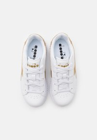 Diadora - GAME STEP UNISEX - Sports shoes - white/gold - 3