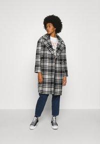 ONLY - ONLDAJANA CHECK COAT - Abrigo clásico - black/white - 0
