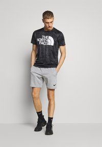 The North Face - MENS REAXION EASY TEE - T-shirt imprimé - asphalt grey grunge - 1